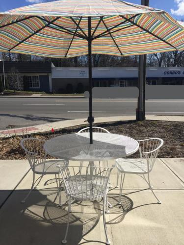 """WOODARD MID-CENTURY MODERN RESTORED WHITE WROUGHT IRON 48"""" ROUND TABLE W/ 4 CHAIRS $795 (Umbrella Not Included)"""