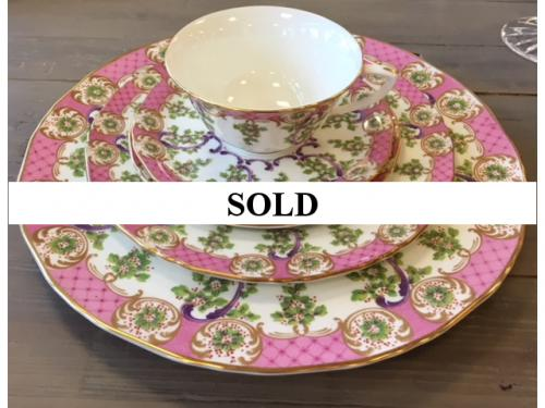 SERVICE FOR 8 ROYAL WORCESTER 5 PC PLACE SETTING $450